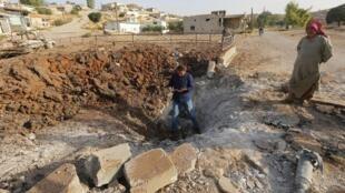 Cratera aberta por ataque russo em Latamneh, no norte de Hama.