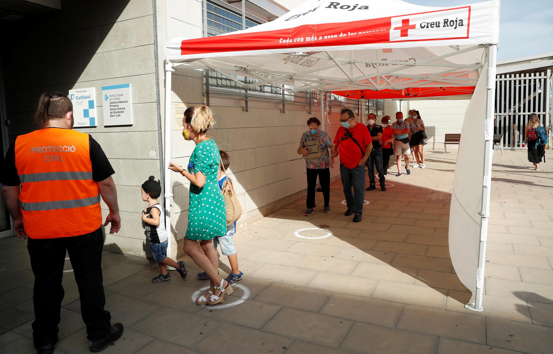 Tây Ban Nha - Covid-19 : cảnh người xếp hàng để được xét nghiệm trước một trung tâm y tế tại Santa Coloma de Gramenet, bắc Barcelona, Catalunya.  Ảnh ngày 10/08/2020.