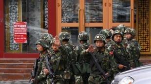 Lực lượng an ninh Trung Quốc tăng cường tuần tra tại Tân Cương sau các vụ bạo động. Ảnh chụp tại Urumqi 05/2014.