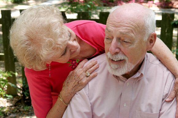 Una gran dosis de paciencia y de energía se requiere para acompañar a un enfermo con Alzheimer. De ahí que sea necesario que los cuidadores puedan tener momentos de descanso.