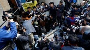 Các nhà tranh đấu Hoàng Chi Phong (Joshua Wong), La Quán Thông (Nathan Law) và Chu Vĩnh Khang (Alex Chow) trả lời báo giới trước trụ sở Tòa Chung Thẩm, Hồng Kông, 16/01/2018.