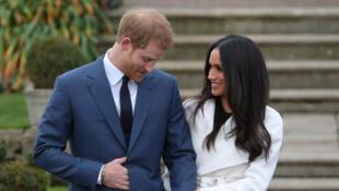 Le prince Harry avec sa fiancée Meghan Markle montrant sa bague de fiançailles dans les jardins de Kensington Palace à Londres, le 27 novembre 2017.