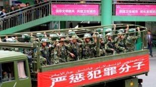 Cảnh sát bán vũ trang Trung Quốc tại trung tâm thủ phủ Urumqi, khu tự trị Tân Cương, ảnh do hãng Kyodo công bố ngày 23/05/2014.