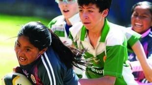 Niños de Santiago de Machaca jugando rugby.