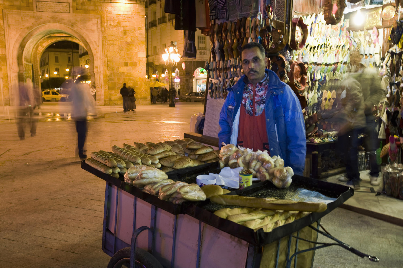 Vendeur ambulant, Place de la Victoire, à Tunis.