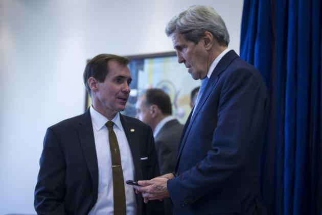 Msemaji wa wizara ya mambo ya nje ya Marekani John Kirby, (kushoto) na Waziri wa mambo ya nje wa Marekani, John Kerry (kulia) katika uwanja wa ndege wa Amman nchini Jordan, Oktoba 24, 2015.