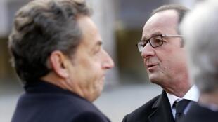 Nicolas Sarkozy et François Hollande, le 3 février 2015, lors de l'hommage national aux Invalides rendu aux neuf soldats français morts dans le crash d'un avion militaire en Espagne.