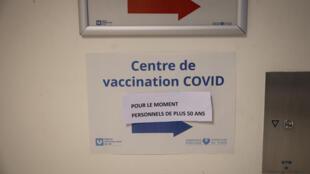 Centro de vacinação anti-Covid no hospital Ambroise Paré, em Boulogne Billancourt, na região parisiense, para pessoas com mais de 50 anos.