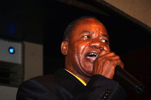 Mwanamuziki mahiri katika miondoko ya Soukous Nyboma Mwan'dido akiwajibika jukwaani