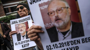 Cette photo d'archives, prise le 9 octobre 2018, montre des manifestants tenant des portraits du journaliste de Riyadh, Jamal Khashoggi, portant le titre: «Jamal Khashoggi est porté disparu depuis le 2 octobre».