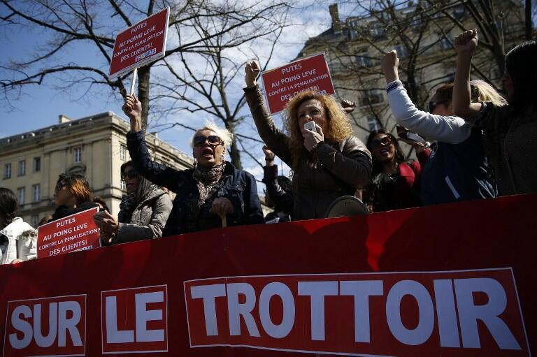 Trabajadoras del sexo se manifiestan frente a la Asamblea nacional para rechazar la nueva ley que penalizará a sus clientes. 6 de abril de 2016.