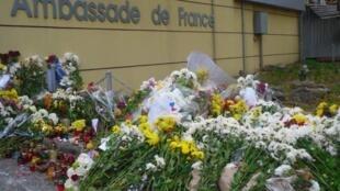Цветы и свечи у французского посольства в Кишиневе в память о жертвах терактов в Париже 13 ноября.