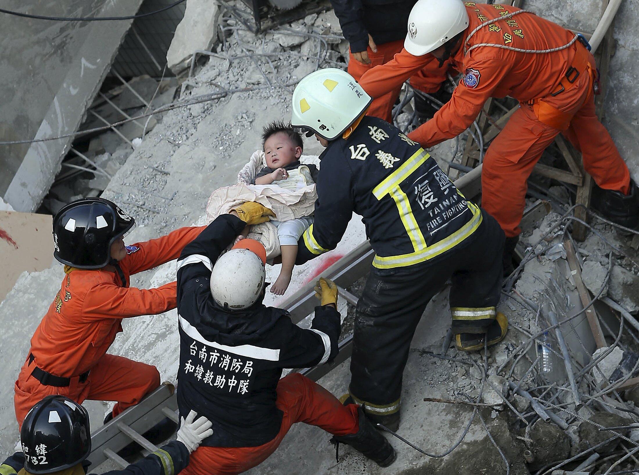 Спасатели обнаружили ребенка под обломками 17-этажного здания в Тайнане, Тайвань, 6 февраля 2016 г.