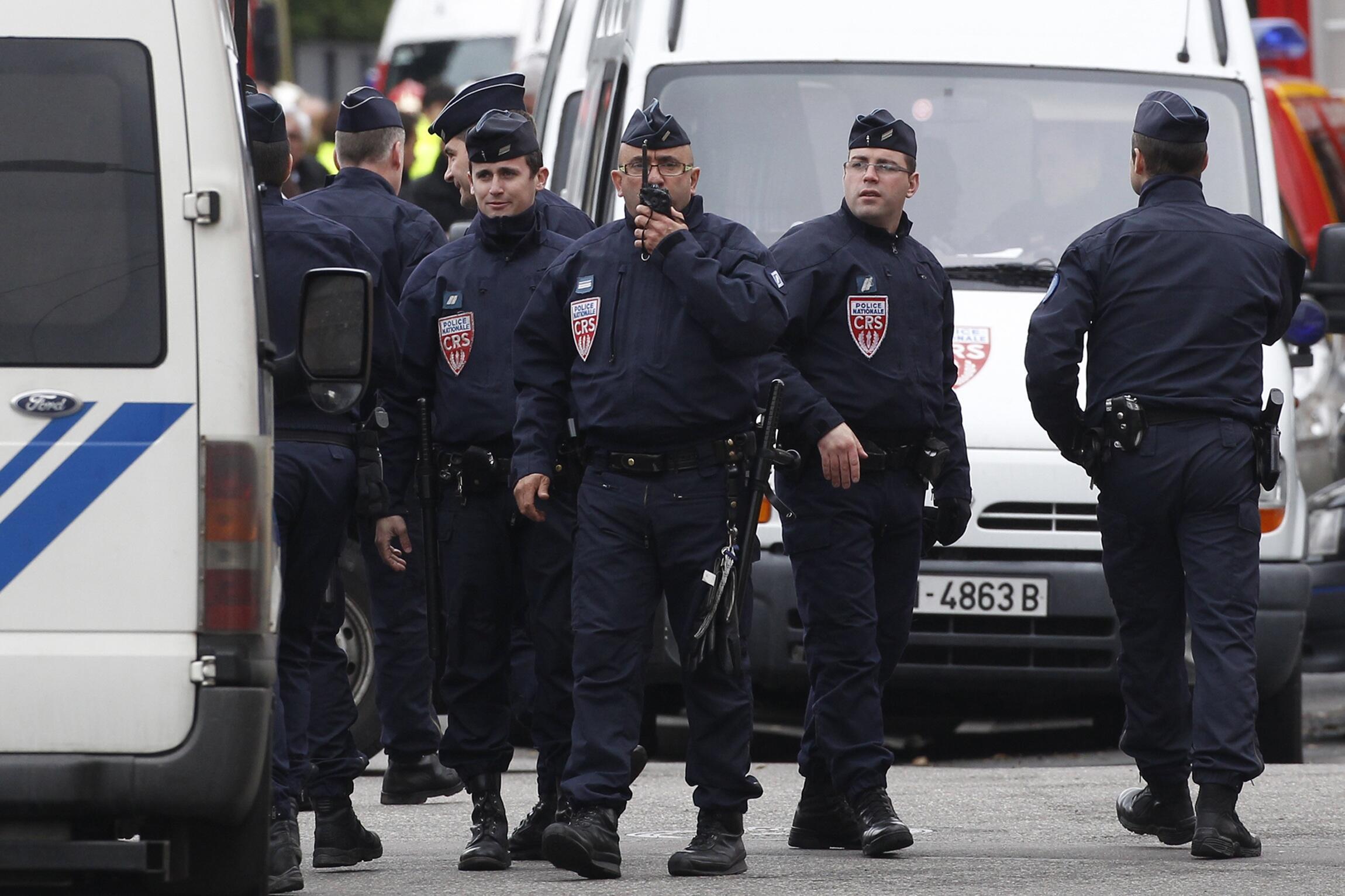 Policías bloquean la calle durante la operación.