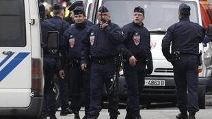 پلیس فرانسه اطراف محل سکونت فرد متهم را محاصره کرده است