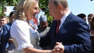 Глава МИД Австрии Карин Кнайсель (слева) и президент России Владимир Путин. 18 августа 2018 г.