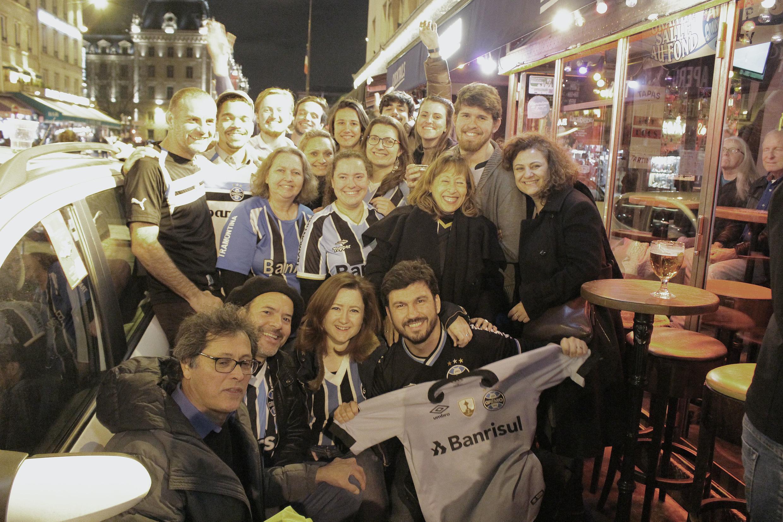 Gremistas com a camisa do time em Saint-Michel