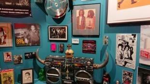 Imagem da exposição Paris-Londres 1962-1989 Music Migrations com o ghetto blaster em primeiro plano. E na parede,nomeadamente a capa de um disco do  Dj, músico, escritor e  cineast londrino Don Lettsrino  Don