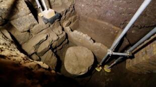 Древнюю гробницу обнаружили археологи, работающие на территории Колизея.