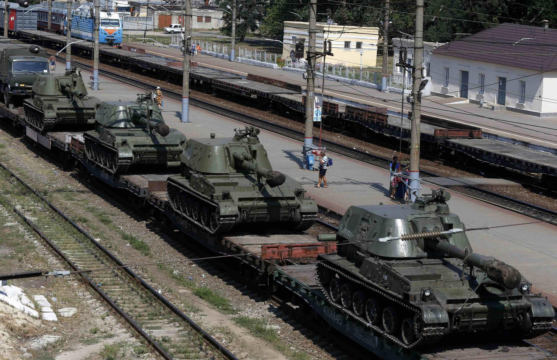 Coluna de blindados russos estacionados em Kamensk-Sahakhtinsky, na região de Rostov, próxima da Ucrânia, no fim de semana.