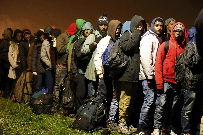 Мигранты дожидаются эвакуации из «джунглей Кале», 24 октября 2016.