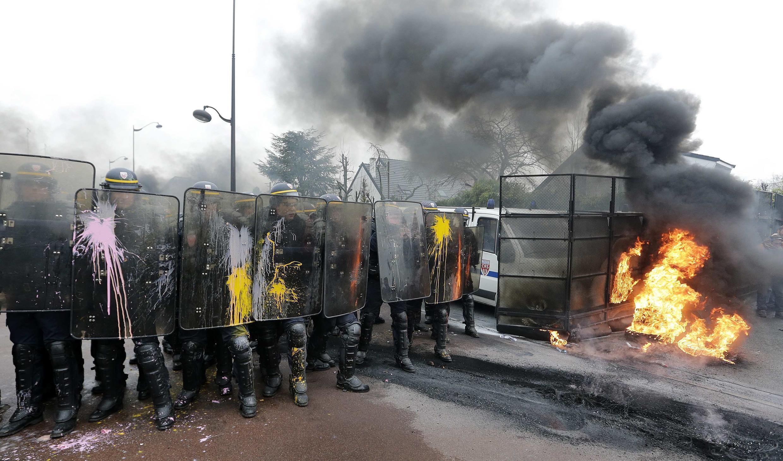 Полиция у входа в штаб-квартиру Goodyear во Франции