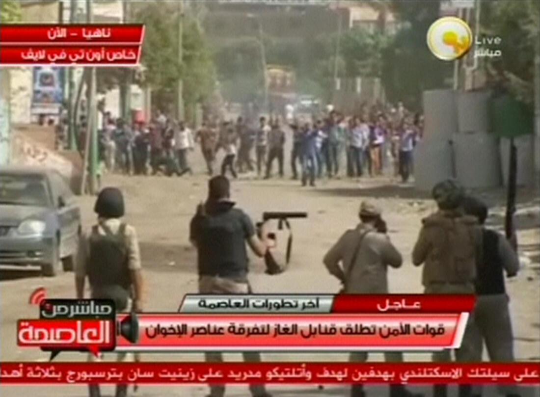 Lực lượng an ninh Ai Cập dùng lựu đạn cay giải tán đám đông tại Nahya, gần Kerdasa, vùng ngoại vi Cairo ngày 19/09/2013. Ảnh chụp qua màn hình TV.