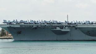 នាវាផ្ទុកយន្តហោះចម្បាំងរបស់អាមេរិក the USS Abraham Lincoln ត្រូវគេថតបាននៅថ្ងៃទី៩ ឧសភា នៅព្រែកជីកស៊ុយអេ កំពុងបើកសំដៅទៅកាន់ឈូងសមុទ្រ ក្បែរប្រទេសអ៊ីរ៉ង់។
