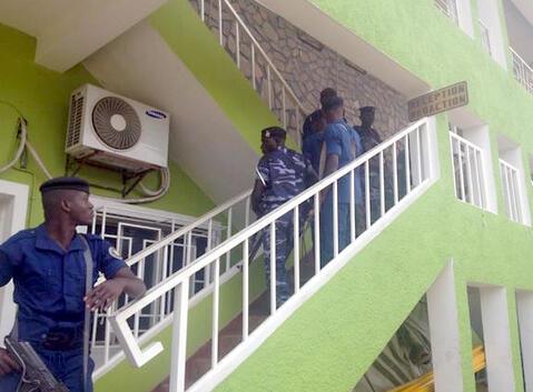 Maafisa wa polisi wakiwa katika majengo ya RPA, moja ya redio huru nchini Burundi, Aprili 26, 2015.