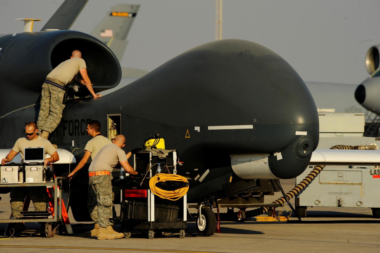Mecánicos de la Fuerza Aérea de EE. UU. preparan un avión militar estadounidense RQ-4A Global Hawk para el despegue en un lugar no revelado en el suroeste de Asia, 2 de diciembre de 2010.