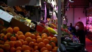 Una frutería de un mercado tradicional el 21 de abril de 2020 en el centro de Madrid