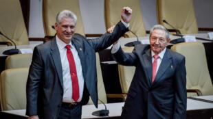 Президент Кубы Мигель Диас-Канель и покидающий свой пост президент Рауль Кастро в Национальной ассамблее Кубы в Гаване 19 апреля 2018 года.