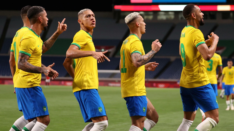 Der Brasilianer Richarlison feiert am 31. Juli mit seinen Teamkollegen sein Tor gegen Ägypten.