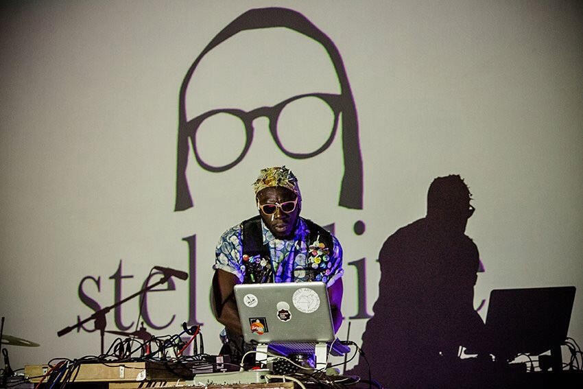 Steloo (Accra House Music) durant le Bushman Film Festival en octobre 2017.