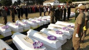Cérémonie d'inhumation des victimes décédées dans l'explosion du camion-citerne à Morogoro. Le 11 août 2019.