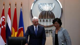 Phó tổng thống Mỹ Mike Pence (T) và bà Elizabeth Buensuceso, đại diện thường trực của Philippines tại ASEAN trong cuộc họp ở trụ sở Ban Thư Ký khối ASEAN, Jakarta, Indonesia, ngày 20/4/2017.