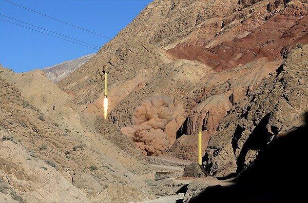 Tên lửa đạn đạo được Iran phóng lên từ một địa điểm mà tên không được tiết lộ. Ảnh do hãng tin Iran Farsnews công bố ngày 09/03/2016.