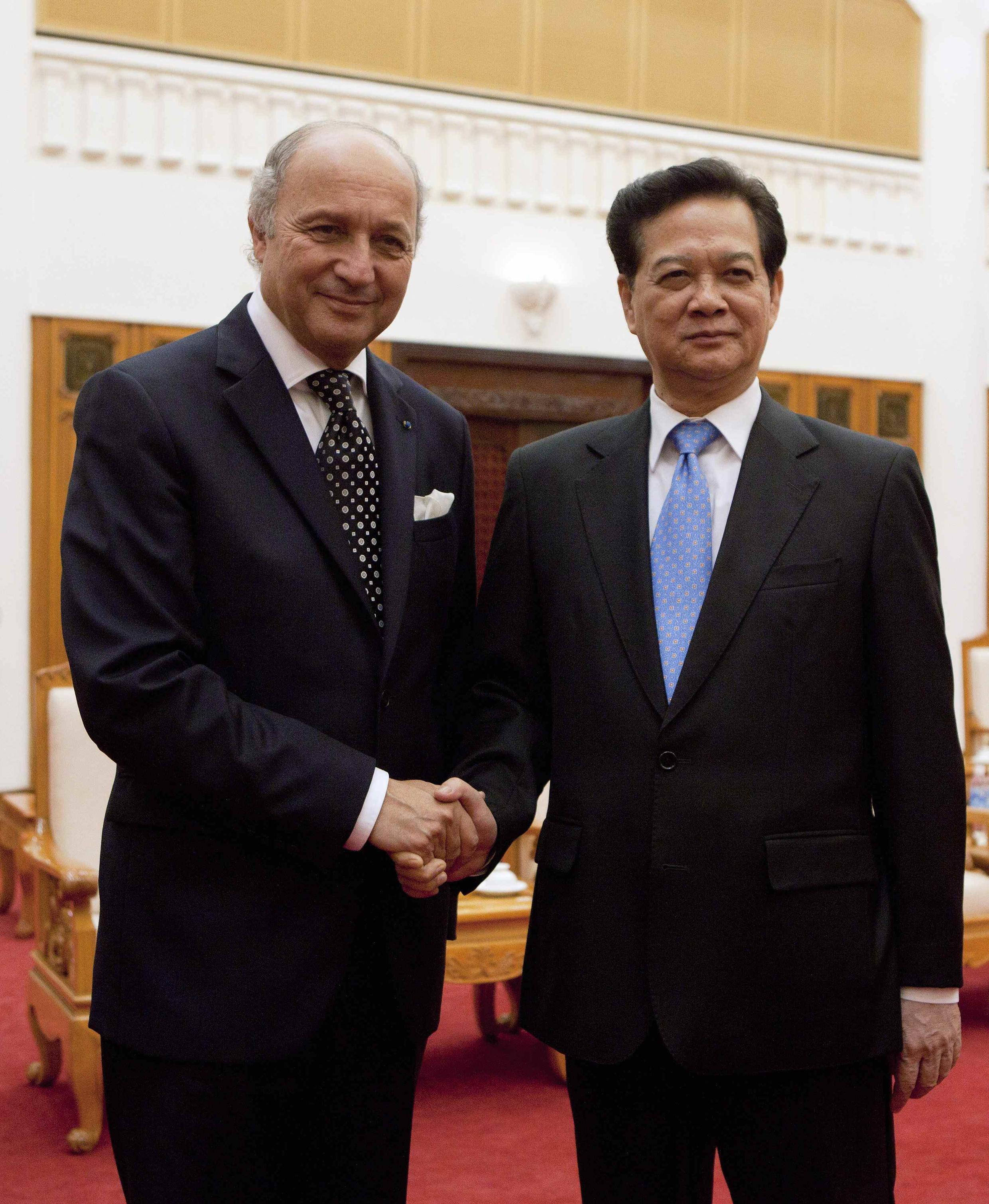 Ngoại trưởng Pháp Laurent Fabius và Thủ tướng VN Nguyễn Tấn Dũng REUTERS / Luong Thai Linh