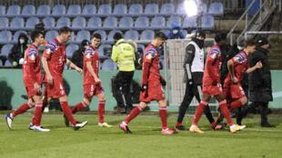 Les joueurs du Bayern Munich, tenants de la Coupe d'Allemagne, quittent le terrain après leur élimination aux tirs au but en 16e de finale, par l'équipe de 2e division de Holstein Kiel (2-2, 6 tab à 5), le 13 janvier 2021 à Kiel