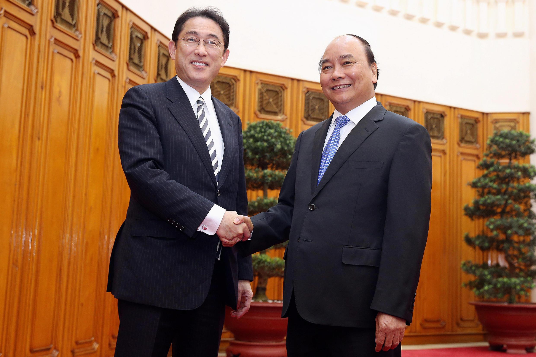 Thủ tướng Việt Nam Nguyễn Xuân Phúc (phải) tiếp ngoại trưởng Nhật F. Kishida tại Hà Nội ngày 05/05/2016.