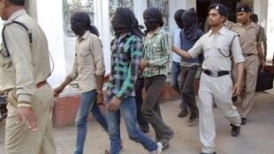Các thủ phạm vụ cưỡng hiếp tập thể nữ du khách Thụy Sĩ trên đường vào tòa án bang Madhya Pradesh, 18/07/2013.