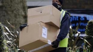 Un repartidor lleva unas cajas al número 10 de Downing Street, la residencia del primer ministro británico en Londres, el 5 de mayo de 2020