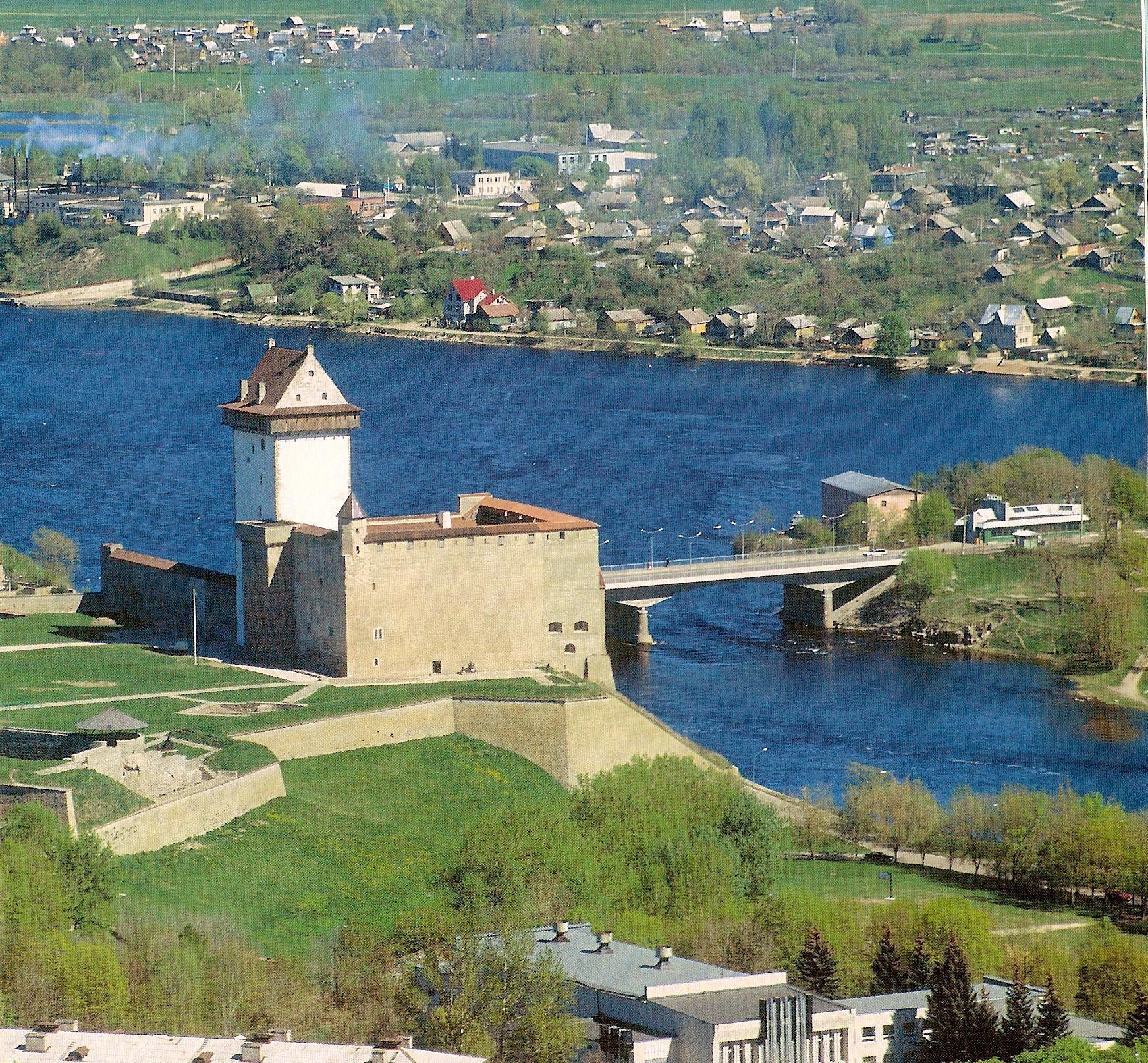 La ville de Narva en Estonie, frontière entre l'Estonie (à gauche) et la Russie (à droite).