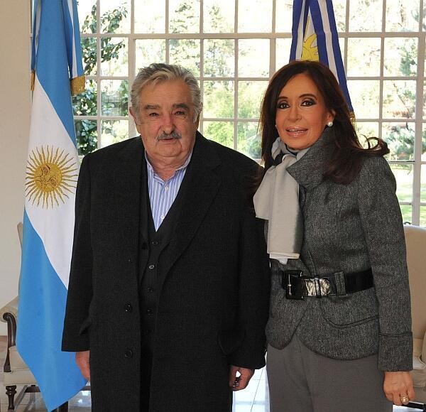 El presidente de Uruguay, José Mujica, y su par argentina Cristina Kirchner en la residencia presidencial de Olivos, Pcia de Buenos Aires.