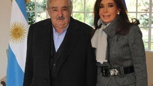 José Mujica e Cristina Kirchner fotografados na residência presidencial de Olivos, em Buenos Aires, antes da crise atual.