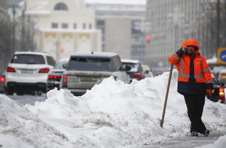 Cerca de 70 mil agentes da prefeitura foram mobilizados para limpar as estradas e ruas em Moscou e arredores.