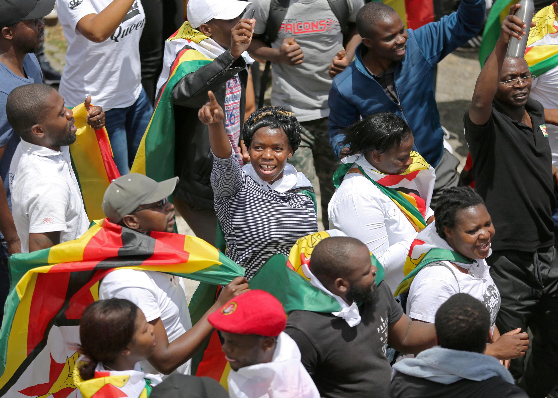 Манифестации с требованиями отставки Мугабе прошли и в соседних с Зимбабве странах, 18 ноября 2017 года, Кейптаун, ЮАР.