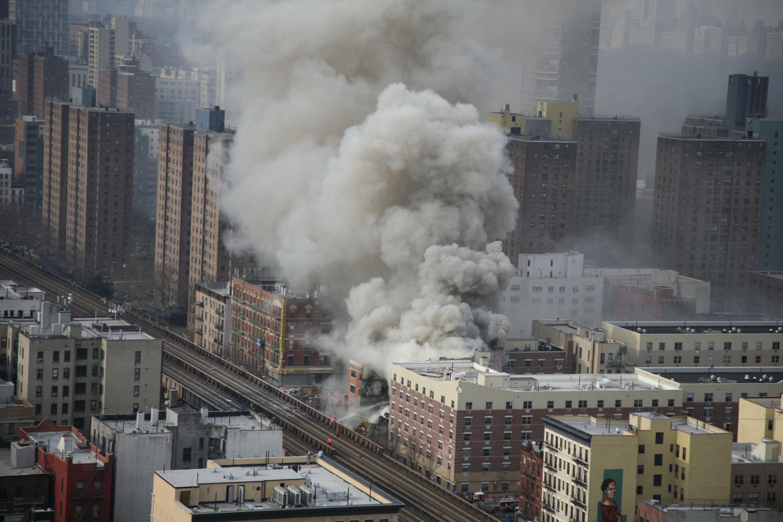 Imagem aérea do bairro de East Harlem, em Nova York, onde um vazamento de gás provocou uma forte explosão e o desabamento de dois prédios residenciais nesta quarta-feira (12).