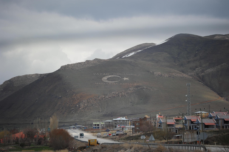 """""""Родина неделима"""" написано на холме напротив острова Ахтамар. 3 апреля 2015 год. Турция"""