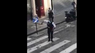 Полицейский развлек танцем парижан, сидящих по домам